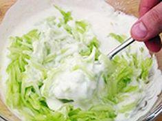 Mennyei Tzatziki saláta recept! A Tzatziki-t (ejtsd: caciki) salátaként tartjuk számon, a görögök előételként fogyasztják. Más előételekkel, vagy pirítóssal, kétszersülttel is fogyasztható. Veggie Recipes, Salad Recipes, Healthy Recipes, Mind Diet, Low Carb Diet Plan, Tzatziki, Meal Planner, Coleslaw, Meals For The Week
