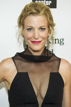 Are you finding Height, Weight, Wiki, Age, Family Biography etc of Anna Gunn? Check his all details at a glance here only on trendingbios. Anna Gunn, Sexy Women, Pictures Of Anna, Ensemble Cast, Walter White, Drama Series, Tv Series, Famous Women, Celebs