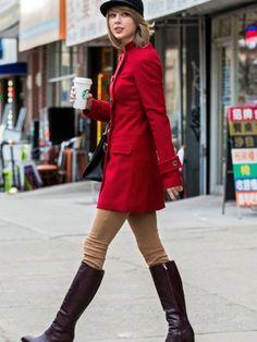Taylor Swift, con abrigo rojo y botas XXL de tacón