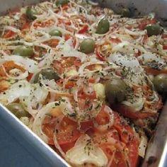 A Torta de Sardinha em Lata é aquela torta de sardinha deliciosa da vovó, onde uma massa fofinha vem recoberta por pedaços generosos de sardinha, tomates e cebolas fatiados. Confira a receita e experimente! Seafood Recipes, Soup Recipes, Snack Recipes, Quiche, Cheap Easy Meals, Portuguese Recipes, Fish And Seafood, Food And Drink, Low Carb
