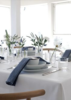 White and blue table setting Blue Table Settings, Table Setting Inspiration, Table Arrangements, Dinning Table, Deco Table, Decoration Table, Apartment Design, Interior Design Inspiration, Furniture