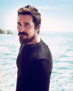 Christian Bale with beard and muscles and chopped hair yup - Modern Batman Christian Bale, Christian Bale Beard, Beard Styles For Men, Hair And Beard Styles, Hollywood Actor, Hollywood Celebrities, Batman Begins, Bale Hair, Famous Men