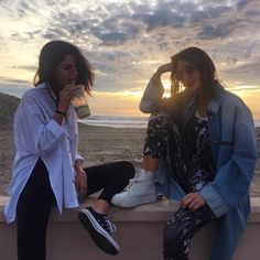 Shared by Selena Gomez Source. Find images and videos about friends, selena gomez and selena on We Heart It - the app to get lost in what you love. Selena Gomez Fashion, Selena Gomez Outfits, Selena Gomez Images, Estilo Selena Gomez, Selena Gomez Style, Selena Gomez Friends, Simi Haze, Khadra, Street Style Outfits