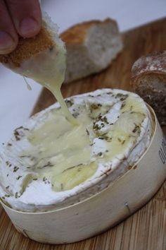 Camembert....heerlijk op de barbecue, met witte wijn, knoflook en rozemarijn.