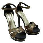 Sandália Plataforma Meia Pata Via Marte Preto Metalizado. Fivela dourada ajustável para facilitar o calce. Forro preto, palmilha dourada, de...