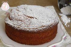 La torta più soffice del mondo, quella preparata dalla nonna con tutti gli ingredienti classici delle torte buonissime. Perfetta per colazione o merenda.