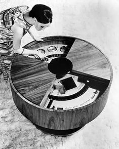 From stereo 'eggs' to spaceship jukeboxes, we've collected some of the most visually striking stereo designs from the Space Age. Vintage Tv, Vintage Records, Vintage Design, Mid Century Art, Mid Century Design, Radio Antigua, Music Machine, Record Players, Retro Futuristic