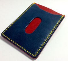 栃木レザー製のヌメ革パスケースです。ブルーとレッドのヌメ革をイエローのシニューにて手縫いで仕上げました。縦10.5cm×横7.9cm、全厚約6.0... ハンドメイド、手作り、手仕事品の通販・販売・購入ならCreema。