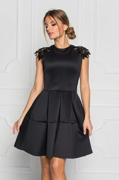 Krátke spoločenské šaty áčkového strihu s krátkym rukávom zdobeným čiernou čipkou. Zadná časť s možnosťou rozopnutia na čierny zips. Vhodné na spoločenské udalosti.