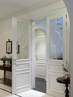 classic door with glass, beautiful! Wooden Glass Door, Sliding Glass Door, Wooden Doors, Luxury Interior Design, Interior Design Living Room, Interior Door Styles, Interior Doors, Classic Doors, Classic Chic