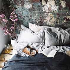 I might have posted this bedroom before but didn't know the exact source, now I do! It is the uber dreamy bohemian bedroom of Egzi Polat, you can check out more on her instagram account. Love the walls, the pallets and the overall effortless vibe <3 found via gravityhome