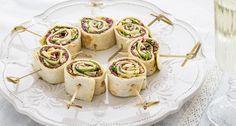 Tortilla rolletjes met carpaccio, parmezaanse kaas en pesto Tea Snacks, Snacks Für Party, Savory Snacks, Yummy Appetizers, Appetizer Recipes, Snack Recipes, Cooking Recipes, Pesto, Party Food And Drinks