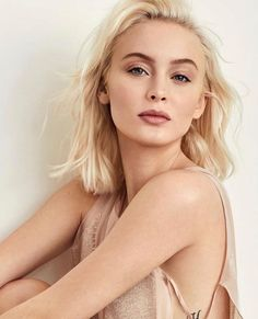 Zara Larsson graces the February cover of Grazia Italy. Captured by Lara Jade (Atelier Management), the Swedish singer wears a pink and green… Justin Bieber, Harry Styles, Zara Larsson, Female Singers, Trendy Fashion, High Fashion, Stylists, Outfits, Beauty