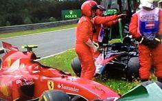 Bruttissimo incidente tra Alonso e Raikkonen tanta paura Durante il primo giro del gran premio i due piloti si sono toccati e la vettura del pilota spagnolo è saltato completamente sopra la Ferrari di Raikkonen. Per fortuna i due piloti dopo alcuni minuti  #incidente #paura #f1
