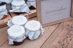 Cadeaux invités, confiture, coton naturel avec tampon. Organisation et Décoration: Atelier Blanc ATLB  Crédit Photo: Romain Deligny  Tampon : Graphikkart
