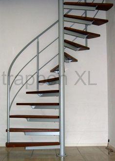 Licht grijs metalic gepoedercoate spiltrap voorzien van mahoniehouten traptreden.