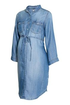 CONSCIOUS. Short dress in a washed weave made from Tencel® lyocell with a collar and pearly press-studs at the top. Flap chest pockets with a press-stud, a
