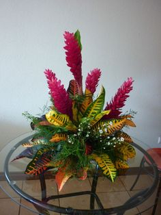Beautiful simple tropical designs ideas flowers arrangements lily ikebana for 2019 Tropical Flowers, Exotic Flowers, Amazing Flowers, Simple Flowers, Tropical Leaves, Altar Flowers, Church Flowers, Funeral Flowers, Flowers Garden