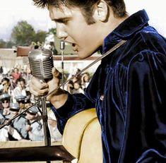 Elvis Presley Concerts, Elvis Presley Photos, Memphis Mafia, Graceland Elvis, King Of Music, Song Artists, Great Pic, Young And Beautiful, Fan Page