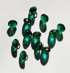 VINTAGE 12 EMERALD GREEN FACETED GLASS BUTTON ANTIQUE BEADS BUTTONS • 10mm