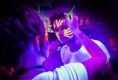 maquillaje glow in the dark Uv Makeup, Party Makeup, Neon Painting, Body Painting, Pintura Facial Neon, Glow Face Paint, Tinta Neon, Tinta Facial, Uv Photography