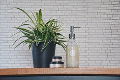 Vor allem das Badezimmer ist bekannt für viele Plastikverpackungen, welche nach der Verwendung im Müll landen. Viele Produkte können ja selbst hergestellt werden, ohne dabei auf etwas verzichten zu müssen. Meistens ist es sogar günstiger, beinhaltet keine Inhaltsstoffe die man nicht kennt und mit ätherischen Ölen können diese ganz individuell verfeinert werden, man benötigt nur etwas Zeit. Ich möchte nun mit der Handseife starten! Sustainability, Lifestyle, Full Bath, Homemade, Products, Sustainable Development