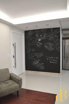 Hall + Parede Lousa para interação com convidados- desenvolvido pelo escritório Débora Bohrer- Arquitetura e Urbanismo no ano de 2016.  #arquitetura #decor #interiores #decorando #reforma #architecture #planejados #sobmedida #decoração #projetos #interiordesign #design #designdeinteriores #paredelousa #giz #quadronegro #hall #iluminação #luminotecnico #contrate um arquiteto #arquiteturadb #deborabohrer