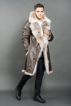 This reversible Canadian lynx fur coat features two sides. This model has vertical tailoring, V-neck collar and pockets. Designed and produced in Italy using wild Canadian lynx fur. Cold Weather Outfits, Winter Outfits, Shearling Coat, Fur Coat, Mode Mantel, Mens Fur, Fur Collars, Look Cool, Stylish Men