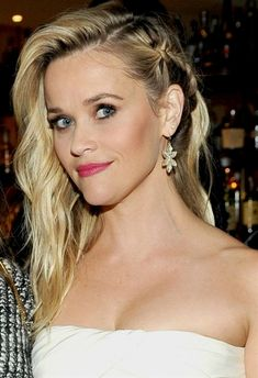 Here are 6 celebrity braided hairstyles for every occasion, from Glam Radar: Braided hairdos are fun, fresh ways to wear your hair this summer. Whether you're headed to the pool – or to a formal gala… Side Braid Hairstyles, Braided Hairstyles For Wedding, Pretty Hairstyles, Bob Hairstyles, Braid Styles, Short Hair Styles, Stars D'hollywood, Top Braid, Reese Witherspoon
