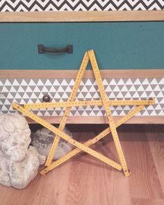 Un vieux mètre et abracadabra...une étoile! #reinedelarécup #brocante #décoration #etoile by annesonetz