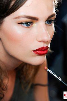 golden eyes / red lips
