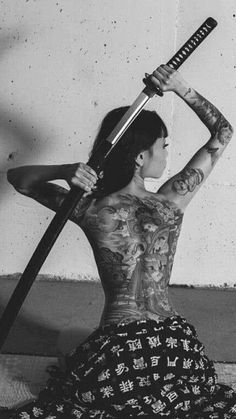 I simply adore the color styles lines and fine detail. This is a fantastic layout if you want a Japan Tattoo, Body Art Tattoos, Girl Tattoos, Katana Girl, Arte Ninja, Samurai Artwork, Japon Illustration, Botanical Illustration, Great Wave Off Kanagawa