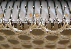 Lochmuster 104, zwei leere Nadeln