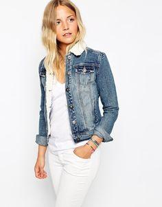 Veste en jean avec fourrure blanche