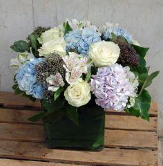 Centro en tonos fríos con hortensia, rosas, alstroemeria, trachelium... #flores #moonflowerartefloral #regalaflores