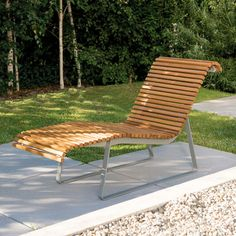 Without knowing their technical name, everyone has seen or used perch-type or half-sit supports in public transport. Urban Furniture, Street Furniture, Outdoor Furniture, Outdoor Decor, Sun Lounger, Milan, Public, Design, Home Decor