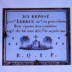 """Plaque funéraire en #porcelaine Années 1820/1840 : plaques de type """"faire-part"""". Texte dressant le portrait du défunt, invitant à la prière. Un mince filet noir ou or encadre la plaque. Des larmes, une croix, une tête de mort (vanitas) ou un tombeau renforcent le caractère élégiaque. Via """"Les funérailles de porcelaine"""" de JM Ferrer et PH Grandcoing #SauvonsNosTombes #Cimetiere"""