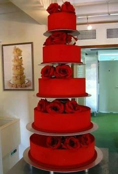 Red wedding cake - What a beautiful red color Wedding Cake Red, Beautiful Wedding Cakes, Gorgeous Cakes, Pretty Cakes, Amazing Cakes, Gold Wedding, Wedding Cake Inspiration, Wedding Ideas, Trendy Wedding