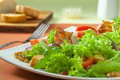 Ensalada de tocineta, lechuga y tomate. Haz clic para ver la receta. http://serpadres.com/cocina/cocina-recetas/ensalada-de-tocineta-lechuga-y-tomate/#