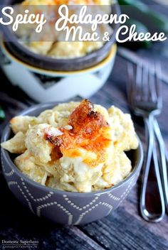 Spicy Jalapeno Mac & Cheese is ultra creamy with a kick of spice. Packed with two cheese and fresh jalapenos, this is the perfect homemade Mac & Cheese! You guys……I have the most excellent Mac Mac Cheese Recipes, Pasta Recipes, Pasta Sauces, Noodle Recipes, Jalapeno Mac And Cheese, Bruschetta Chicken Pasta, Vegetable Pot Pies, Mac And Cheese Homemade, Baking Recipes