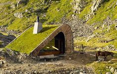 Als ich letzte Woche in Österreich die Bergwelt unsicher gemacht habe, sah es auf 2.000 Metern genauso aus. Aber vom menschlichen Leben keine Spur. Anders im Westen von Norwegen, nämlich in der Nähe vonÅkrafjorden. Da findet man dieses Häuschen in der unb