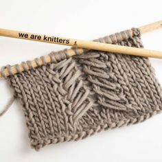 Tout nos points tricot / crochetWe bring you the greatest variety of types of stitches that you can find in wool, cotton, and fabric yarn. To knit or crochet.Voir l'article pour en savoir plus.One of the easiert cables to spice up your latest piece Knitting Help, Knitting Stiches, Cable Knitting, Knitting Kits, Knitting Socks, Knitting Projects, Knitting Patterns, Sweater Patterns, Knitting Needles