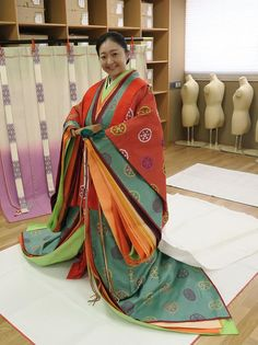 A woman dressed in junihitoe.