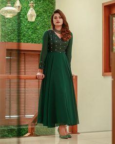 Dress Indian Style, Indian Fashion Dresses, Indian Designer Outfits, Indian Gowns, Hijab Fashion, Churidar Designs, Kurta Designs Women, Blouse Designs, Designer Party Wear Dresses
