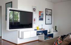 O morador fazia questão de ter uma TV nas salas de estar e de jantar, na varanda e no canto de leitura. Em vez de comprar quatro aparelhos, o escritório Suíte Arquitetos instalou a TV em uma caixa de MDF acoplada a uma haste de ferro articulada