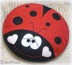 Red and black smiling ladybug: felt pillow for baby pijamas Ladybug Felt, Ladybug Crafts, Felt Diy, Felt Crafts, Rock Crafts, Arts And Crafts, Sewing Crafts, Sewing Projects, Pin Cushions