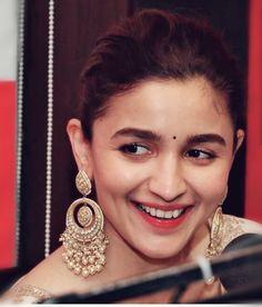 appne naa bola tha u will not go with friends again .meri kasam khayi thi na.abb kya kk I'll not go Nimrat Khaira Suits, Alia Bhatt Varun Dhawan, Alia Bhatt Photoshoot, Aalia Bhatt, Alia Bhatt Cute, Indian Jewelry Earrings, Bollywood Jewelry, Indian Celebrities, Deepika Padukone