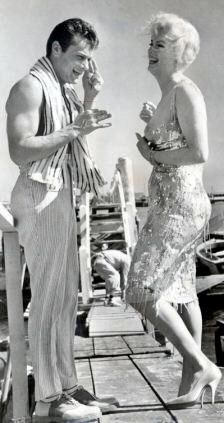 Marilyn Monroe and Tony Curtis. A George Vreeland Hill pin. Marylin Monroe, Marilyn Monroe Photos, Classic Hollywood, Old Hollywood, Jack Lemmon Movies, Film Reels, Tony Curtis, Gentlemen Prefer Blondes, Some Like It Hot