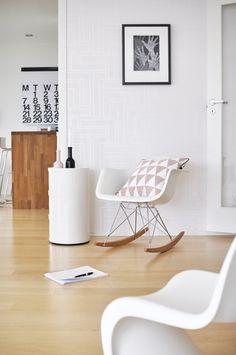Une entrée blanche tout en douceur, relevée par le rocking chair Eames.