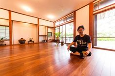 瞑想をするチャキさん。南インドでクリシュナマチャリア師の教えを学び、最高資格を取得。